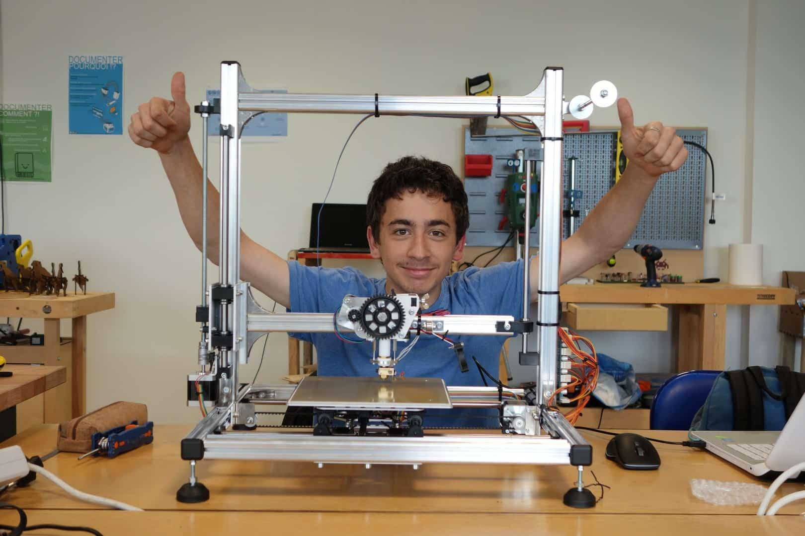Rémi et son imprimante 3D en cours de montage