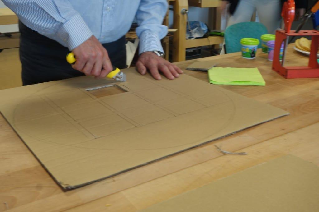Cutter et carton sont de mise pour un des membres du groupe animé par Matthieu réalisant un premier prototype de son baromètre d'humeur.