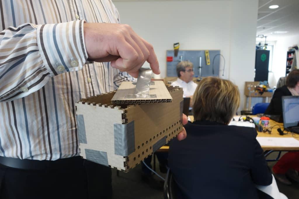 Le presse-brique modélisé par l'équip de Cédric et  réalisé à la découpe laser avec finition Scotch :-).